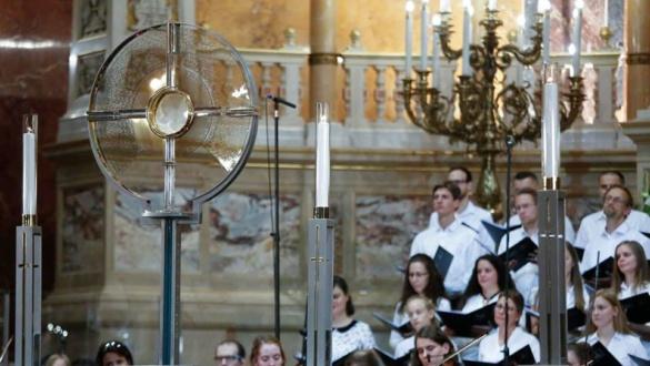 egy-csepp-nek-kozossegben-az-eucharisztia-elott